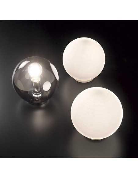 Lampada da tavolo moderna con vetro soffiato bianco a forma di sfera Ideal Lux Mapa TL1 D20, 1 E27, Diametro 20 cm, IP20